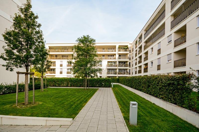 Moderne Wohngebäude, Wohnungen in einer neuen städtischen Wohnung lizenzfreies stockfoto