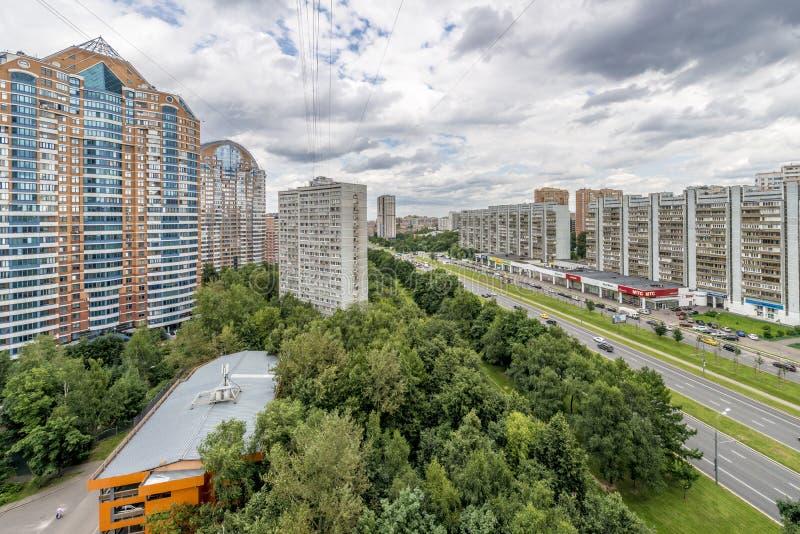 Moderne Wohnhochhaushäuser in den neuen Bezirken von Moskau stockbilder