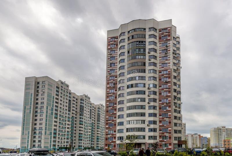 Moderne Wohnhochhaushäuser in den neuen Bezirken von Moskau stockbild