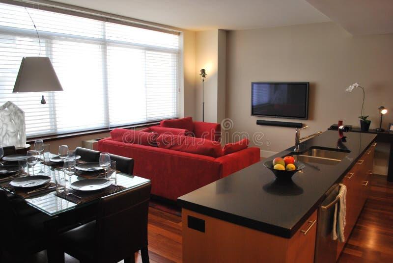 Moderne Wohnung mit geöffneter Küche, Leben, speisend stockfotografie