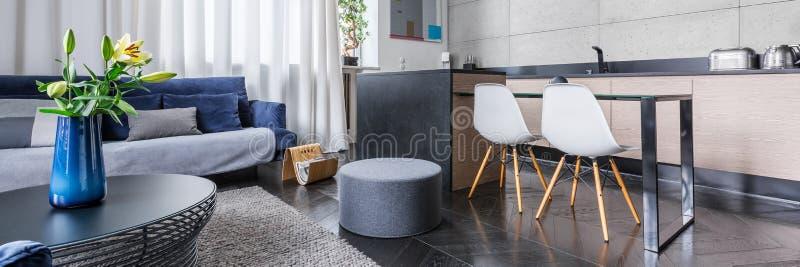 Moderne Wohnung mit Küche stockbild