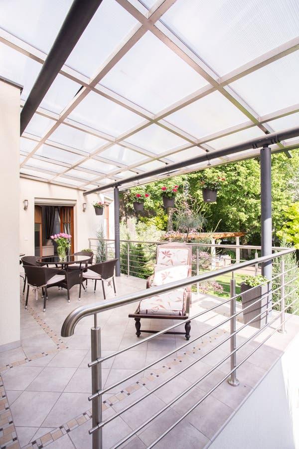 Moderne Wohnung mit Luxuspatio stockfotos