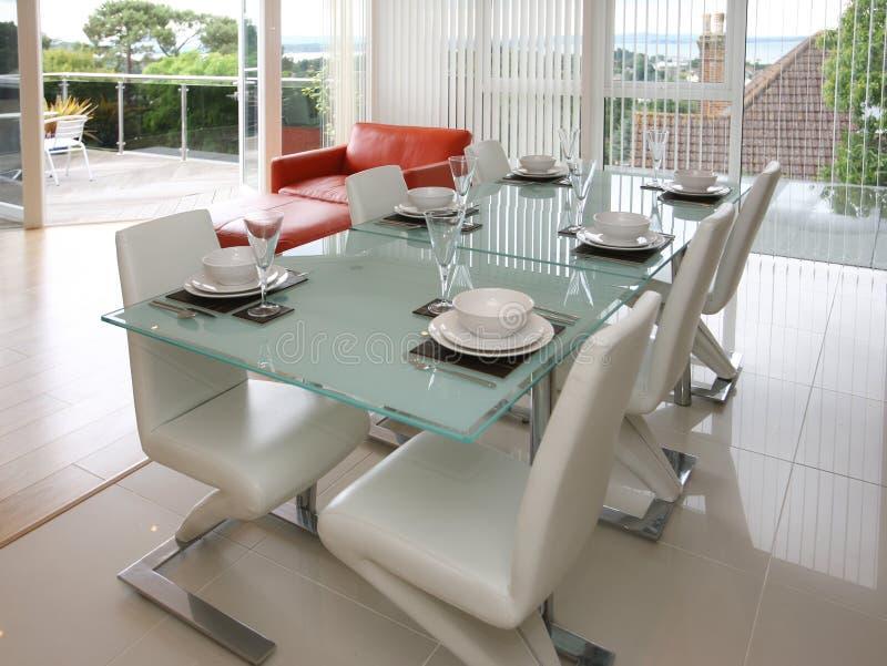 Moderne Wohnung mit Patio und Ansichten stockfotos