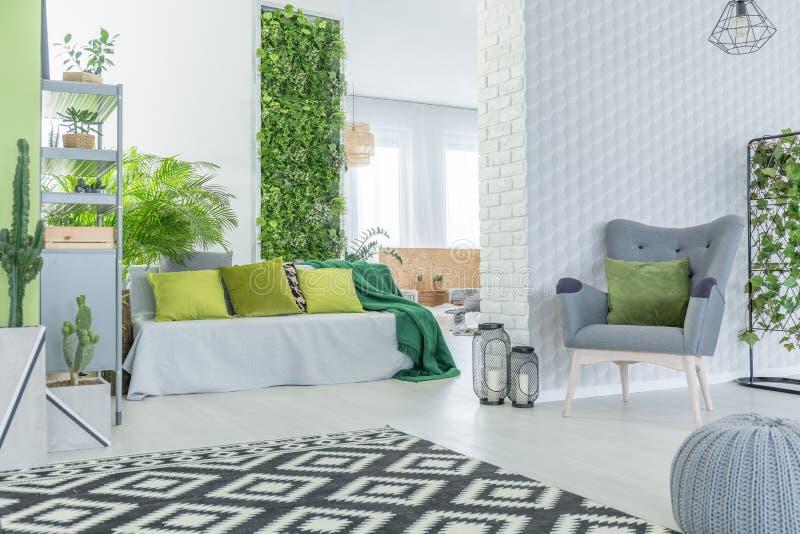 Moderne Wohnung mit Tapete 3d stockfoto