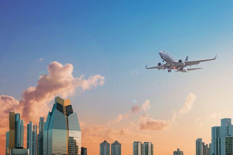 Moderne wolkenkrabbergebouwen, horizon met zonsonderganghemel en airplan stock afbeeldingen