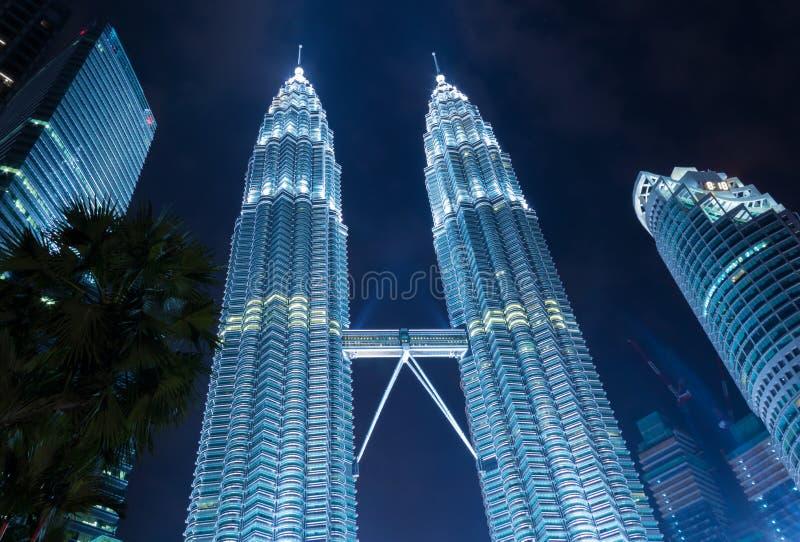 Moderne wolkenkrabbers in blauwe lichten stock foto
