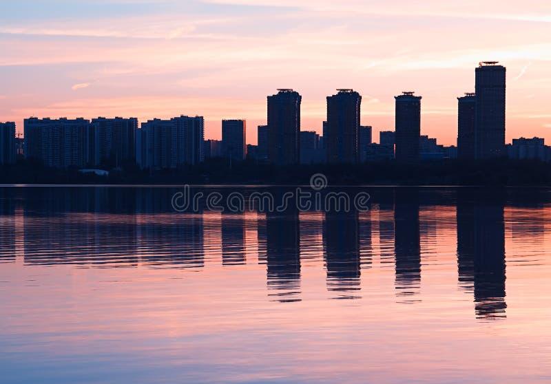 Moderne wolkenkrabbers met de achtergrond van waterbezinningen stock fotografie