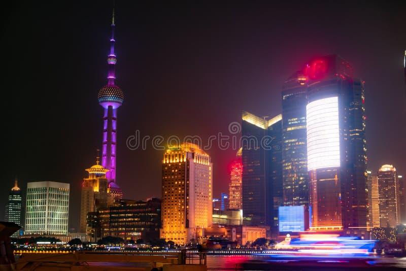 Moderne wolkenkrabbers van cityscape van Shanghai bij nacht met bezinning, Shanghai, China stock afbeeldingen