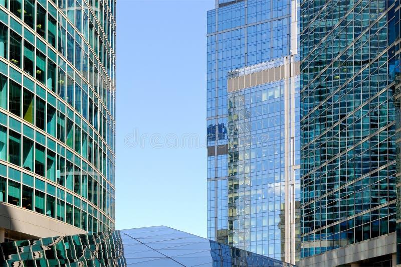 Moderne Wolkenkratzer, hohe Gebäude stockbild
