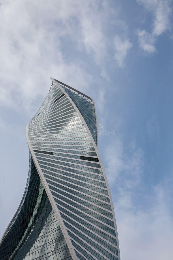 Moderne Wolkenkratzerarchitektur Geschäftszentrum Moskaus internationales Moskau-Stadtgebäude gegen den blauen Himmel lizenzfreie stockbilder