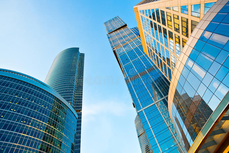 Moderne Wolkenkratzerkontrollturm-Perspektiveansicht lizenzfreie stockfotografie