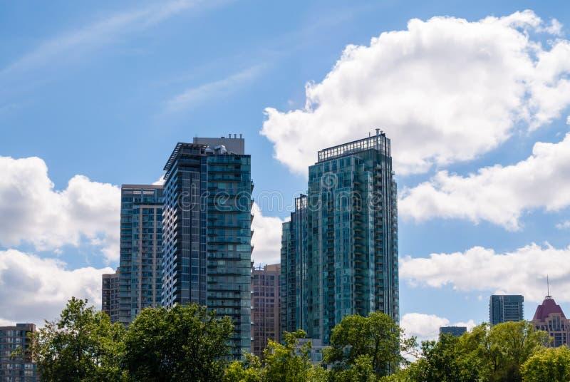 Moderne woonflatgebouw met koopflatstorens in Mississauga, Ontario, Canada stock fotografie