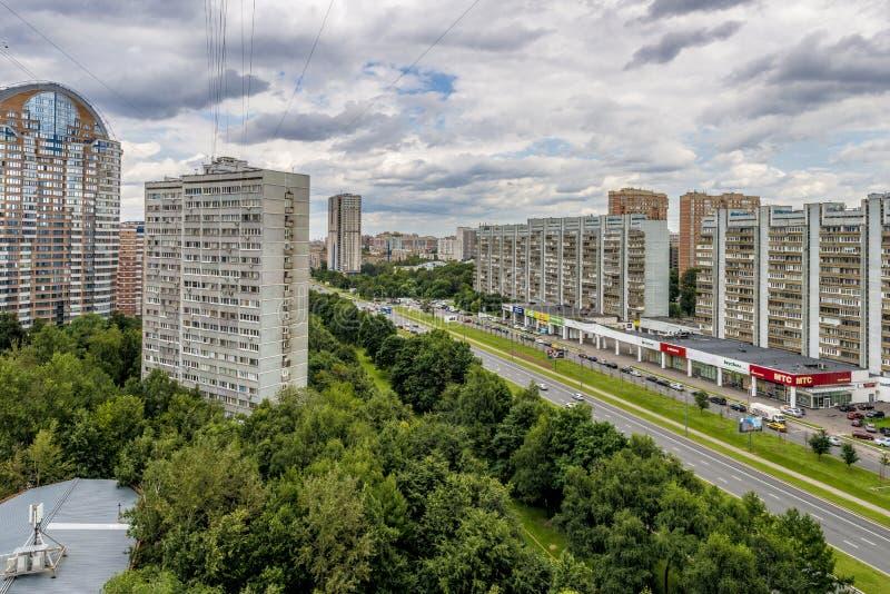 Moderne woonhigh-rise huizen in nieuwe districten van Moskou royalty-vrije stock foto's