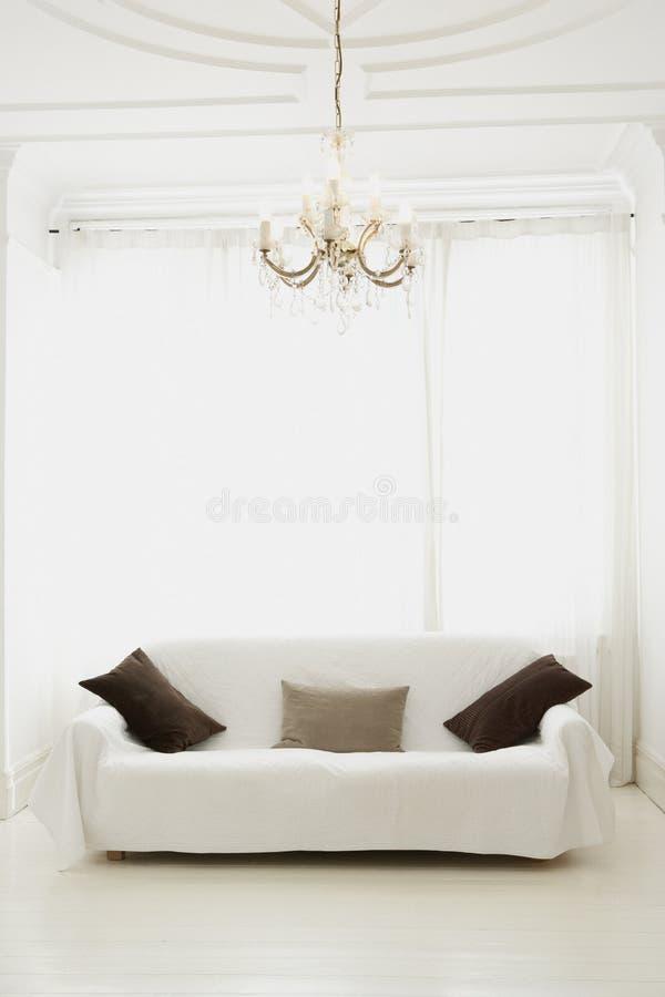 Moderne woonkamer met bank stock afbeeldingen