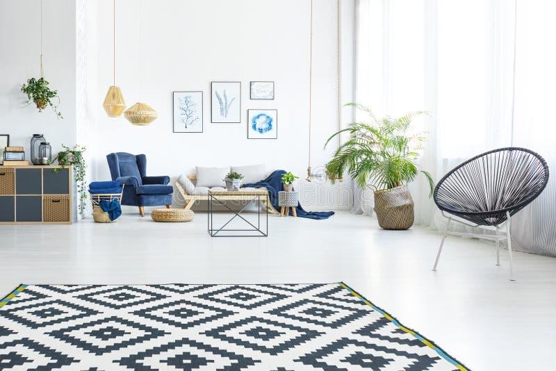 Moderne woonkamer met bank royalty-vrije stock fotografie