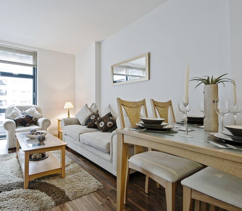 Moderne woonkamer met decoratie stock afbeelding - Afbeelding eigentijdse woonkamer ...
