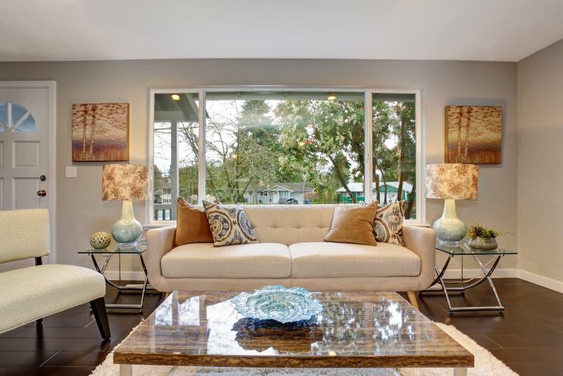 Moderne woonkamer met donkere hardhoutvloer royalty-vrije stock foto