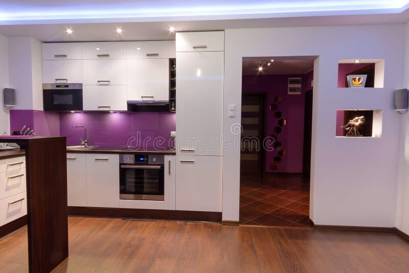 Moderne woonkamer met keuken stock fotografie