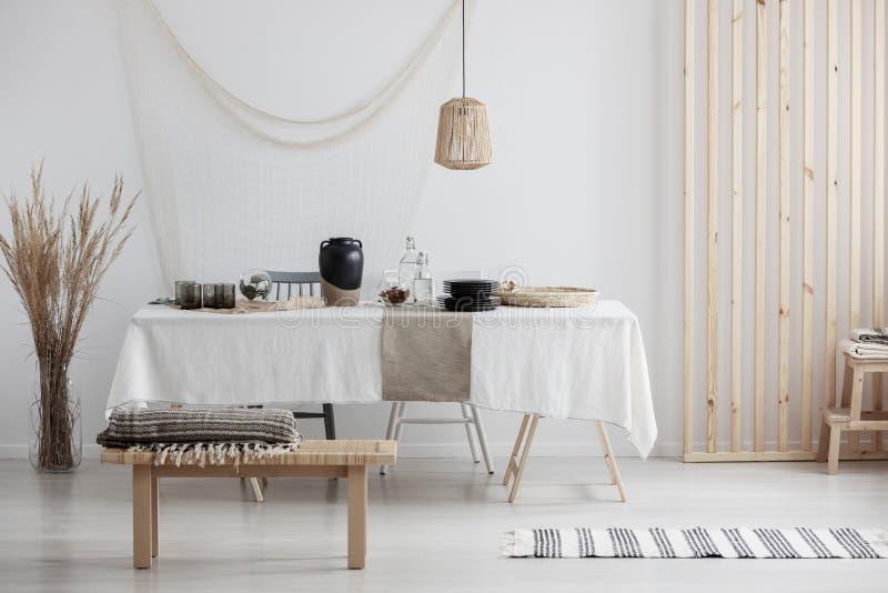 Moderne woonkamer met natuurlijke ecodecoratie royalty-vrije stock foto