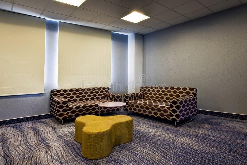 Moderne woonkamer met twee banken stock fotografie