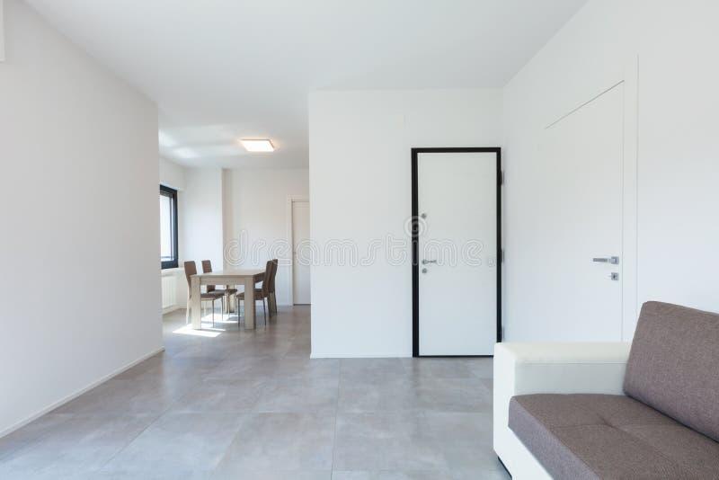 Moderne woonkamer in nieuwe apartament met meubilair stock afbeelding