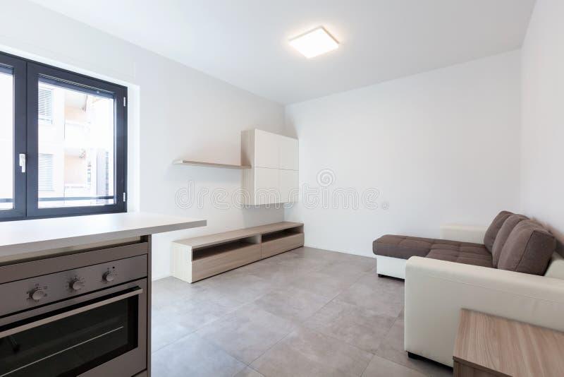 Moderne woonkamer in nieuwe apartament met meubilair stock foto's