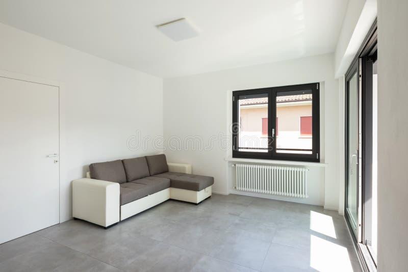Moderne woonkamer in nieuwe apartament met meubilair stock foto