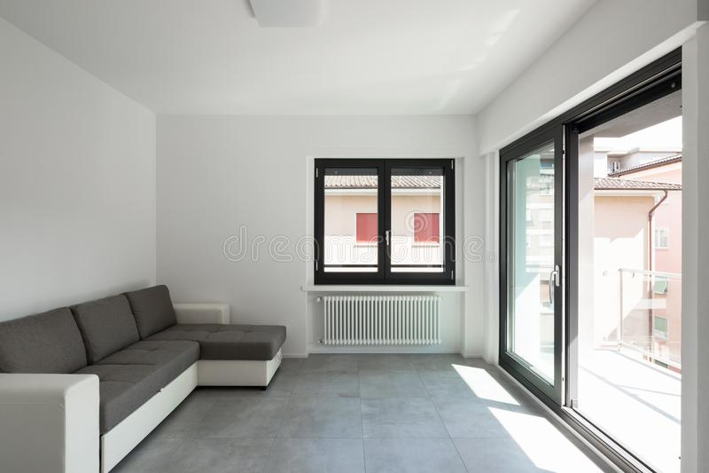 Moderne woonkamer in nieuwe apartament met meubilair royalty-vrije stock afbeelding