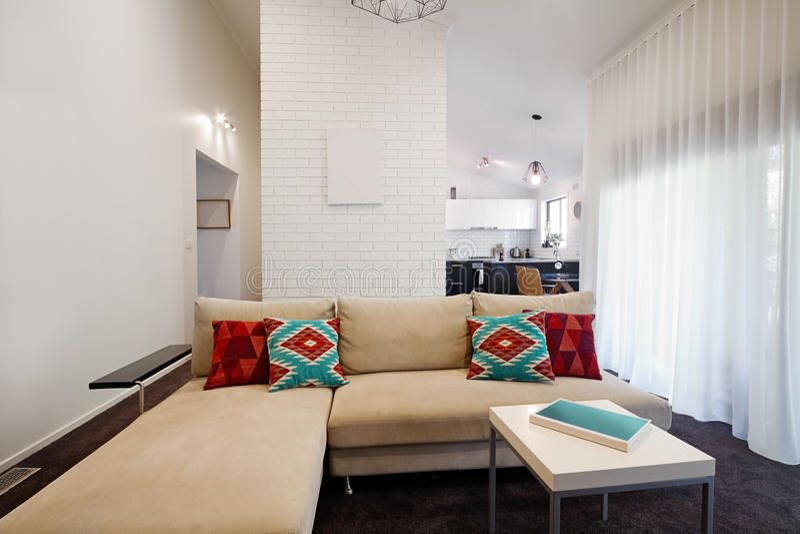 Moderne woonkamerbank met keuken op achtergrond royalty-vrije stock foto