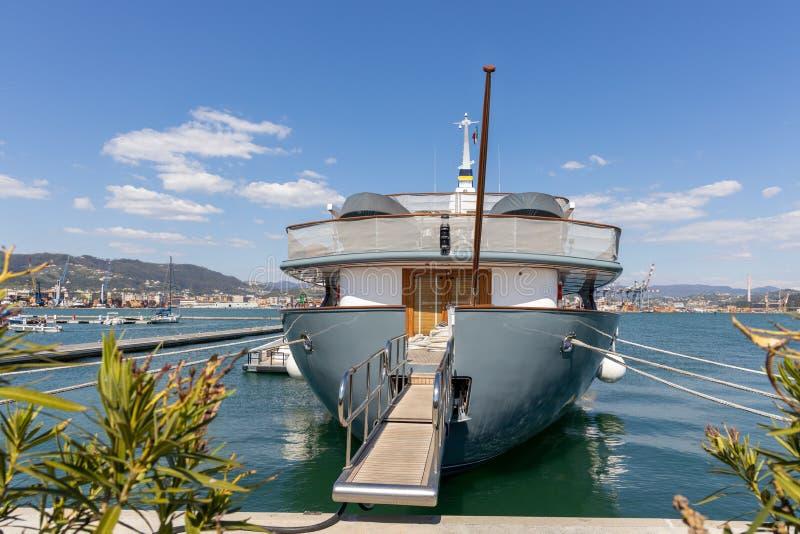 Moderne Yacht festgemacht im La Spezia Ligurien Italien am 19. April 2019 stockbilder