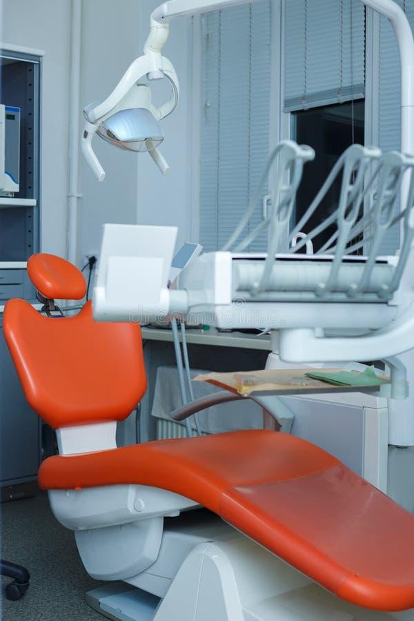Moderne zahnmedizinische Praxis Zahnmedizinischer Stuhl und anderes Zubehör benutzt stockfotos