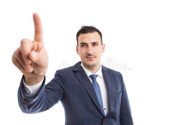 Moderne zakenman wat betreft het onzichtbare scherm of vertoning royalty-vrije stock foto's