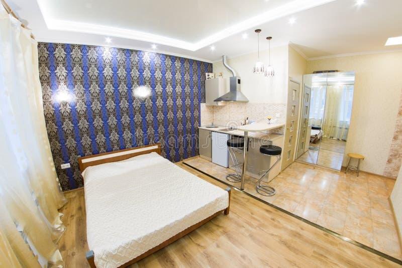 Moderne zitslaapkamer Keuken en woonkamer royalty-vrije stock foto's