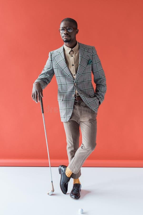moderner Afroamerikanergolfspieler mit Golfclub und Ball lizenzfreies stockfoto