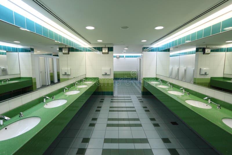 Moderner allgemeiner Restroom lizenzfreie stockbilder