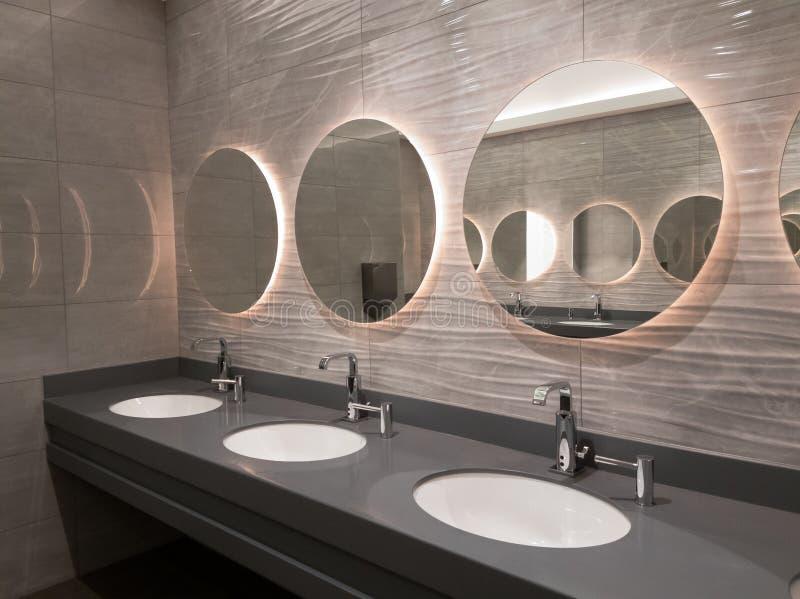 Moderner allgemeiner Waschrauminnenraum lizenzfreie stockbilder