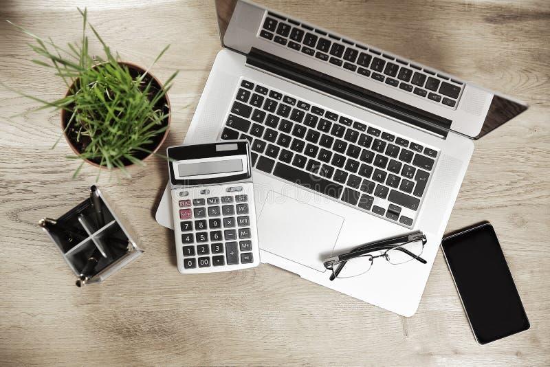 Moderner Arbeitsplatz des Geschäftsmannes Buchhaltung, woden an Hintergrund lizenzfreie stockfotos