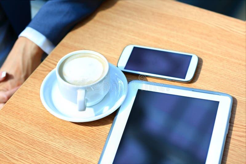 Moderner Arbeitsplatz mit digitalem Tablet-Computer und Handy stockfoto