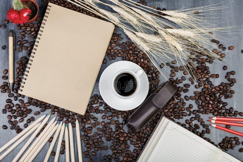 Moderner Arbeitsplatz mit Notizblock und Kaffee lizenzfreie stockbilder