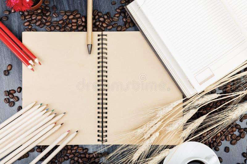 Moderner Arbeitsplatz mit Notizblock und Kaffee lizenzfreies stockbild