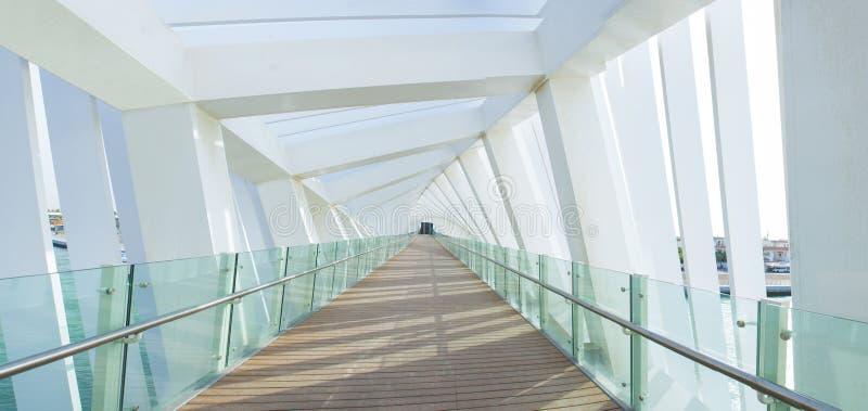 Moderner Architektur-Entwurfs-gewundene Brücke Dubai stockbilder