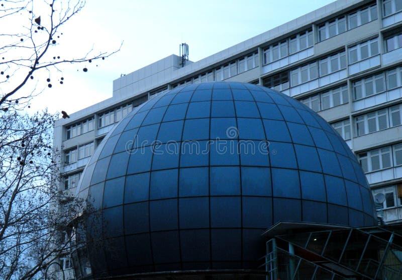 Moderner Architekturabschluß oben der Haube mit Wohnungen in Berlin Germany stockfotos