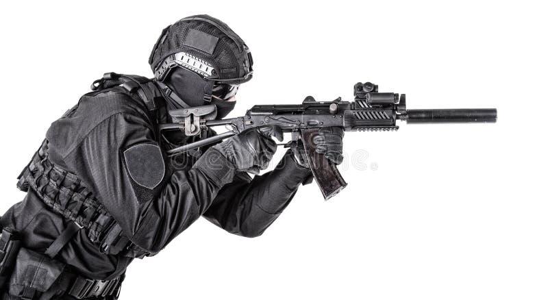 Moderner Armeesoldat, Polizei FLIEGENKLATSCHE-Mitglied auf Weiß stockfotografie
