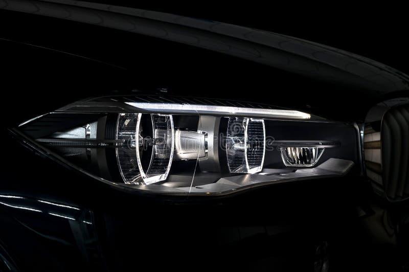 Moderner Autoscheinwerfer mit Hintergrundbeleuchtung stockfotografie