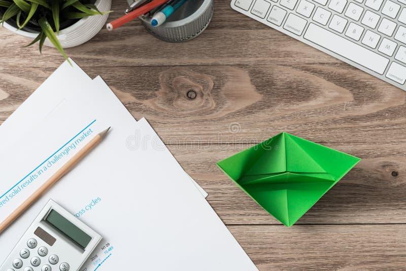 Moderner Büroarbeitsplatz mit Grünbuchschiff lizenzfreie stockfotos