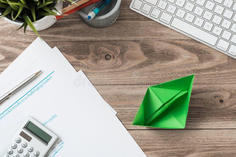 Moderner Büroarbeitsplatz mit Grünbuchschiff stockfotografie