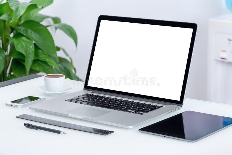 Moderner Büroarbeitsplatz mit Laptop-Computer Tabletten-PC stockbild