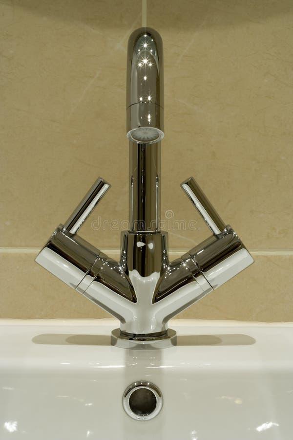 Moderner Badezimmerhahn lizenzfreies stockfoto