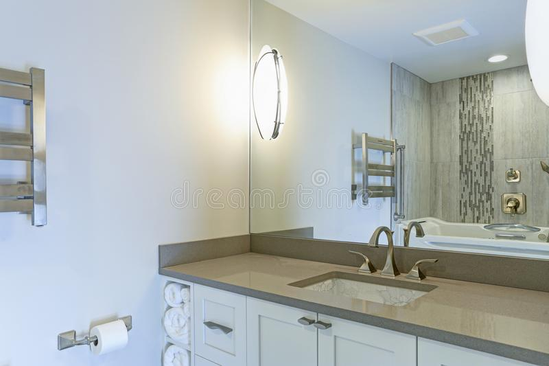 Moderner Badezimmerinnenraum rühmt sich Chinesedruck-unterzählerwanne stockfotos