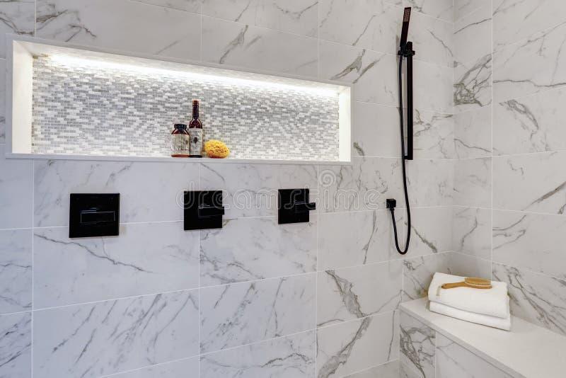 Moderner Badezimmervorlageninnenraum im Luxushaus mit weißem showe stockfoto